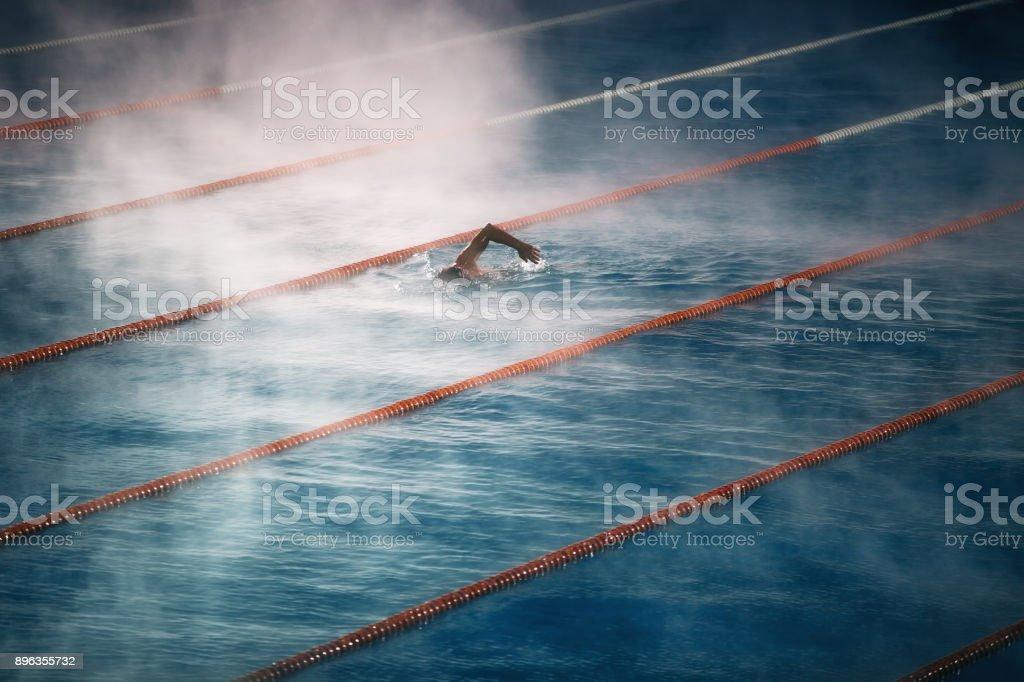 Nadar en la piscina. Niebla de la mañana en el agua. - foto de stock
