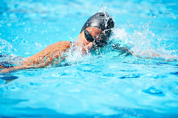 nadar es todo sobre la técnica - vuelta completa fotografías e imágenes de stock