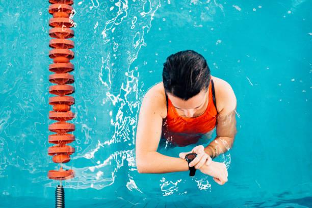 reloj de natación lap counter - vuelta completa fotografías e imágenes de stock