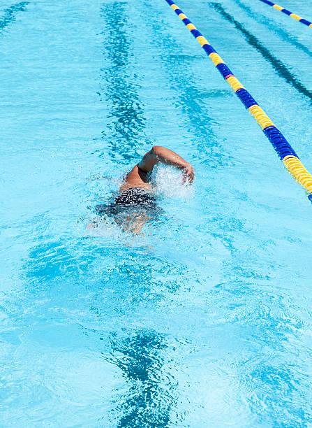 nadar en la piscina - vuelta completa fotografías e imágenes de stock
