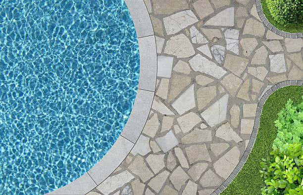 swimmingpool und garten von oben - naturstein terrasse stock-fotos und bilder
