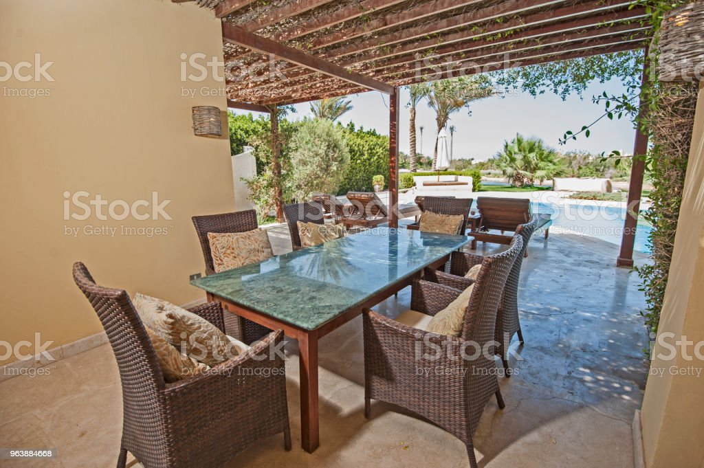 Swimming pool and outdoor dining area at at luxury tropical holiday villa resort - Royalty-free Architecture Stock Photo