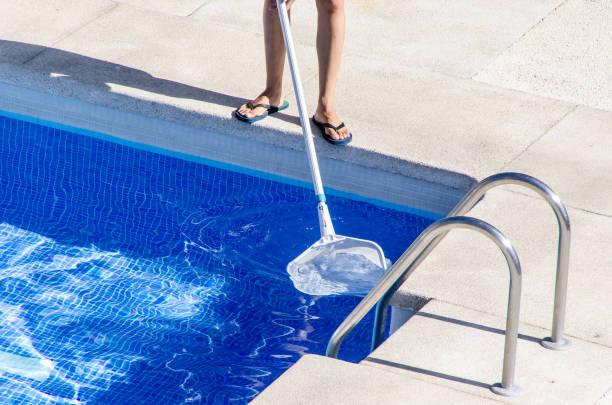 schwimmbad reiniger mit einem netz - flip flops reparieren stock-fotos und bilder