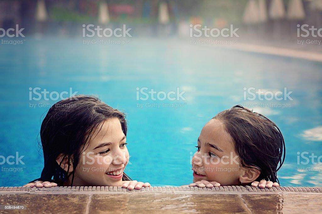 Juegos en la piscina - foto de stock