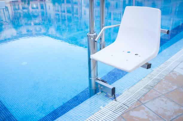 Piscina ascensor para discapacitados acceso a la piscina - foto de stock