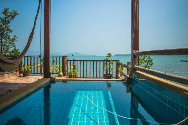 swimmingpool mit blick auf das meer - ferienhaus thailand stock-fotos und bilder