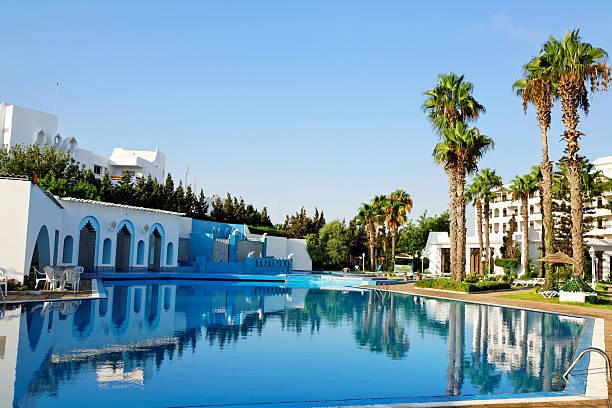 swimmingpool. - urlaub in tunesien stock-fotos und bilder