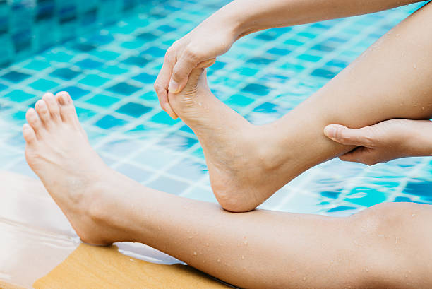 schwimmbad serie: krampf im schwimmbad - wadenkrämpfe was tun stock-fotos und bilder
