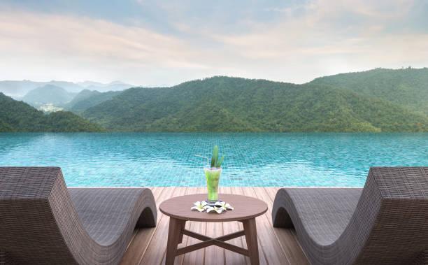 terrasse am pool mit blick auf die berge 3d-bild rendern - hotel in den bergen stock-fotos und bilder
