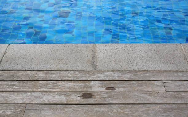 schwimmbad mit einem steinernen und hölzernen dielenböden. - stockwerke des waldes stock-fotos und bilder