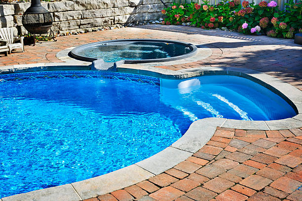 swimmingpool mit hot tub - whirlpool terrasse stock-fotos und bilder