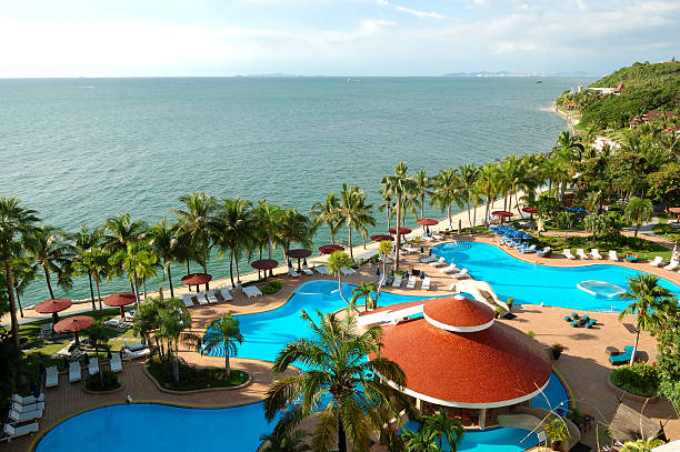 Swimmingpools und bar am Strand, Pattaya, Thailand – Foto