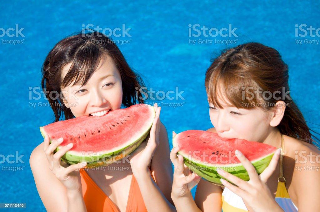 2 泳裝婦女吃西瓜 免版稅 stock photo