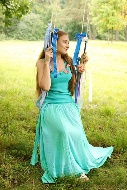 swing mit rüschen - türkise haare stock-fotos und bilder