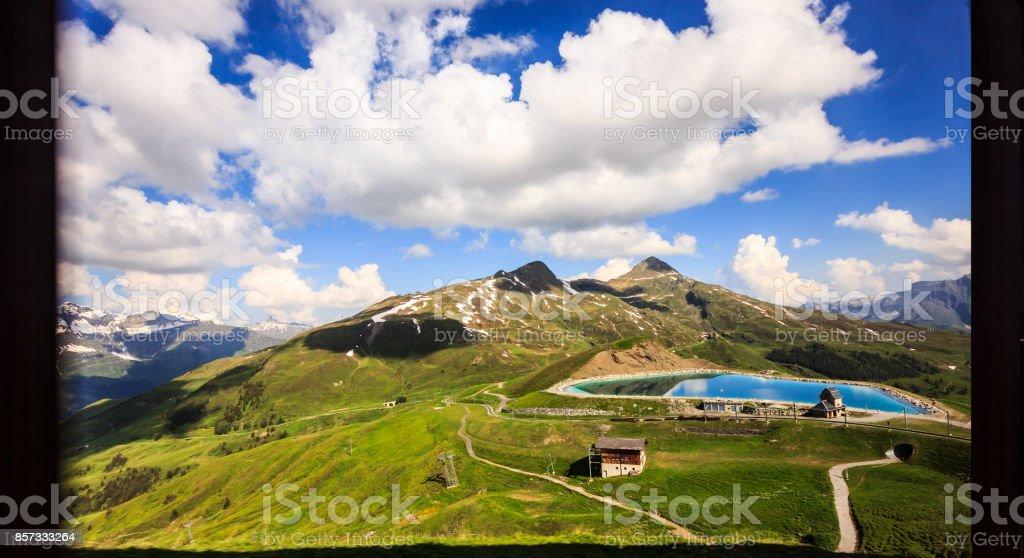eea43818134 Foto de Uma Visão Do Cenário Alpino Suíço De Painel De Janela De ...