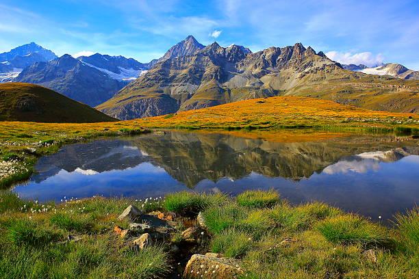 Swiss alps, lake reflection, golden autumn alpine meadow, Zermatt – Foto