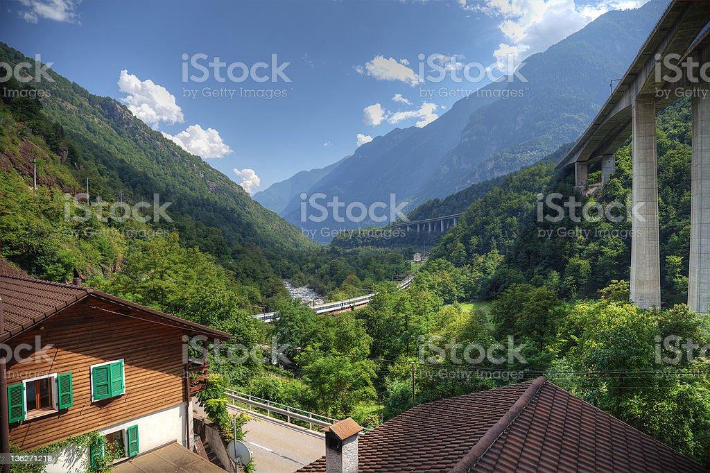 Schweizer Alpen valley mit highway und railroad. – Foto