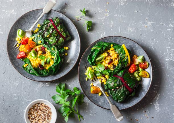 mangold-pakete. mangold lässt mit kurkuma linsen und gemüse gefüllt. vegetarische ernährung konzept. oben sie auf einem grauen hintergrund ansicht von - mangoldgemüse stock-fotos und bilder