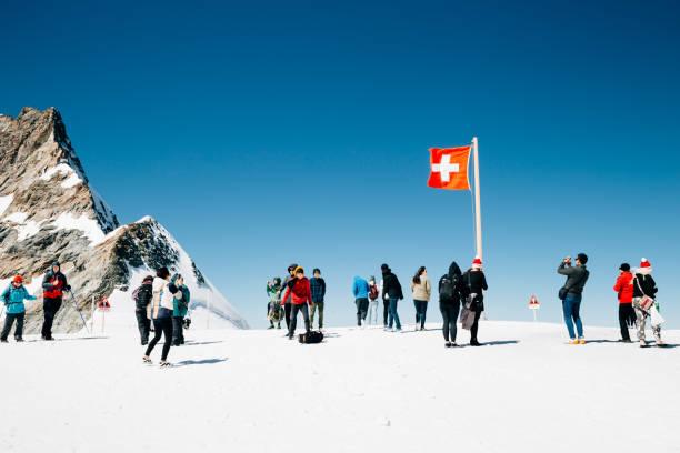 Schweizer Flagge und touristischen Menschen auf verschneite Berggipfel und Jungfrau – Foto