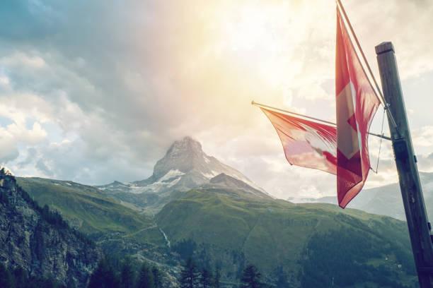 Schweizer Flagge mit Matterhorn, Zermatt, Schweizer Alpen, Schweiz – Foto