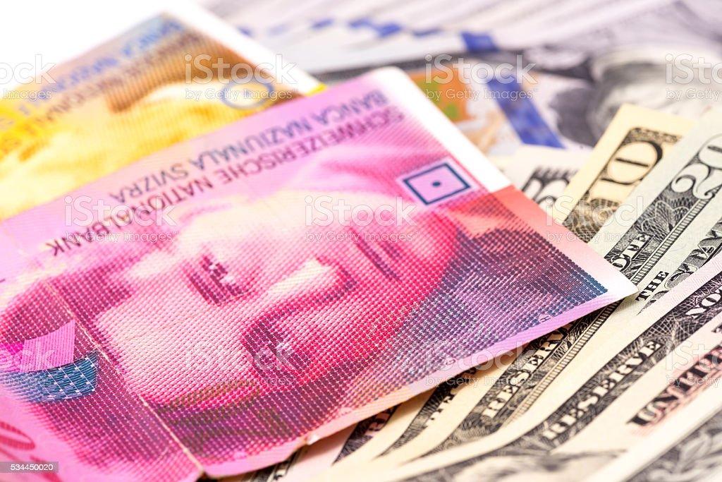 Franco suíço e dólares - foto de acervo