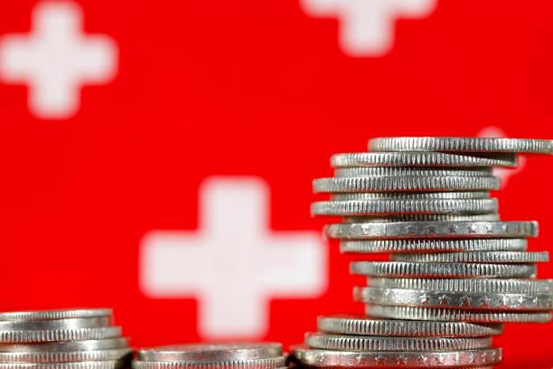 zwitserse geld munten en symbolen van de zwitserse vlag - franken stockfoto's en -beelden