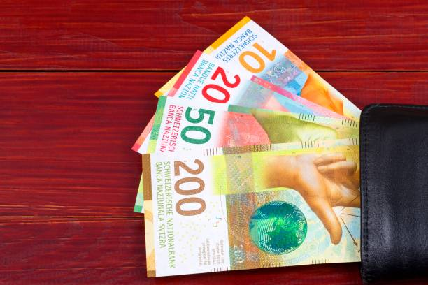 zwitserse geld in de zwarte portemonnee - franken stockfoto's en -beelden