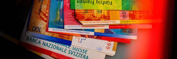 zwitserse nieuwe bankbiljetten. webbanner. - franken stockfoto's en -beelden