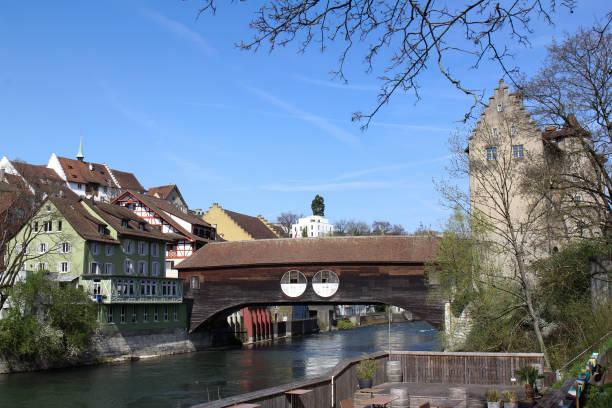 Schweizer Altstadt Baden am Fluss Limat mit dem traditionellen gedeckte Holzbrücke – Foto
