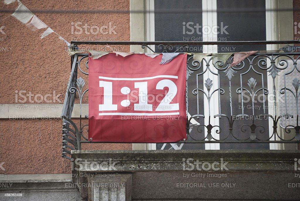 Swiss'einer für zwölf der Volksabstimmung Kampagne Flagge hängen an Balkon – Foto