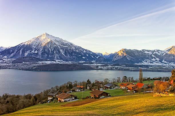 schweizer ländliche landschaft in der nähe des morning sunshine lake thun - thun switzerland stock-fotos und bilder
