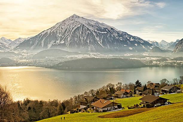 schweizer ländliche landschaft in der nähe von thun see im sonnenschein - thun switzerland stock-fotos und bilder