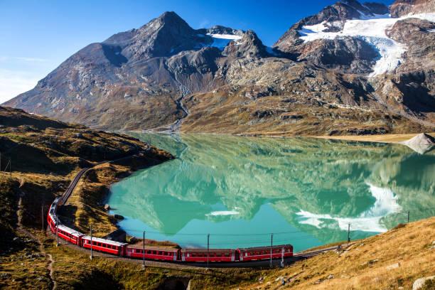 Schweizer Schulen in den Bergen der Alpen in der Schweiz um Ospizio bernina – Foto