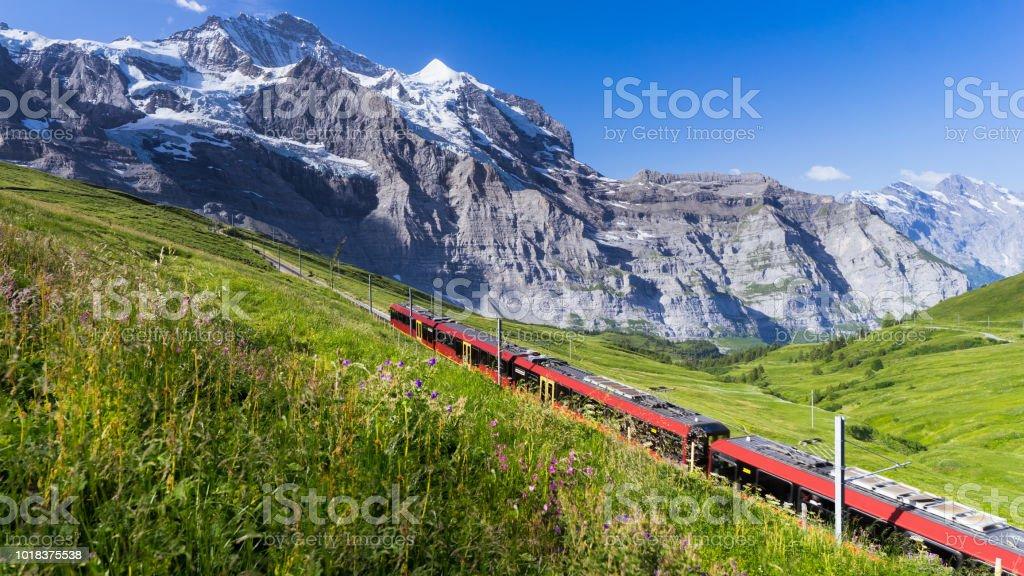 Schweizer Züge durch die Alpen – Foto