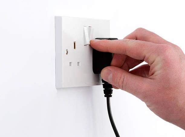 commutateur de puissance avec console de connexion et de l'électricité prise britannique - prise électrique à trois fiches photos et images de collection
