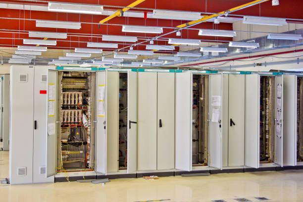 schaltanlagen raum mit schränken mit netzwerk-hardware - telefonschrank stock-fotos und bilder