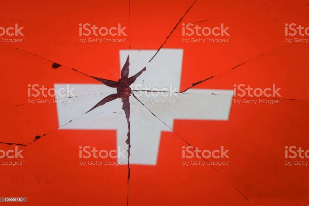 Schweiz Flagge spiegelt sich in den zerbrochenen Spiegel – Foto