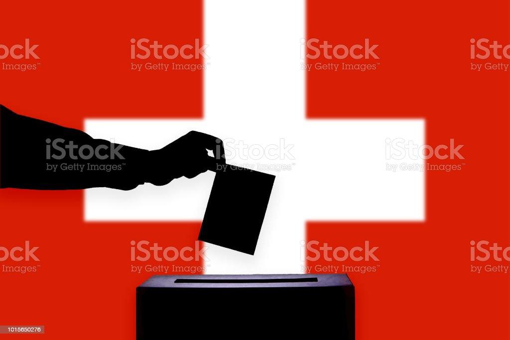 Schweiz-Fahne mit Urne – Foto