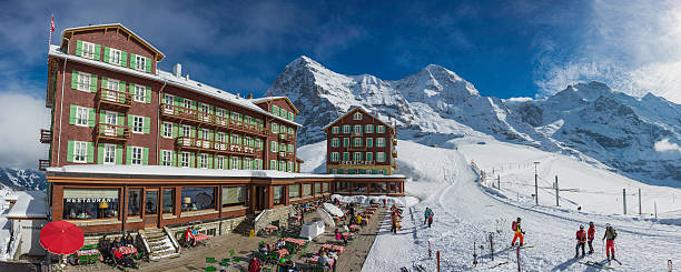 schweiz skifahrer genießen winter sunshine urlaub eiger resort hotel alpen - hotel bern stock-fotos und bilder