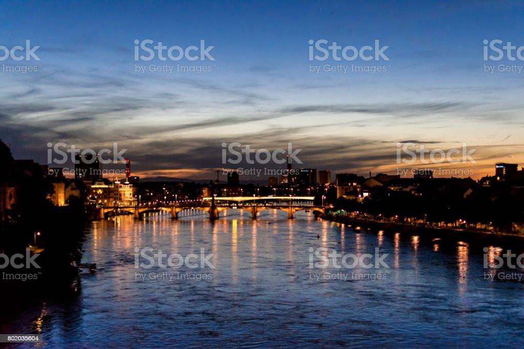 Schweiz, Blick auf den Fluss Rhein bei Basel bei Sonnenuntergang – Foto