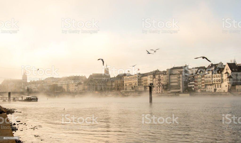 Schweiz, Blick auf den Fluss Rhein in Basel im Morgennebel – Foto