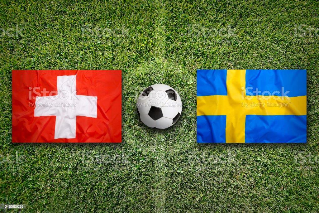 Schweiz vs. Schweden Fahnen auf Fußballplatz – Foto
