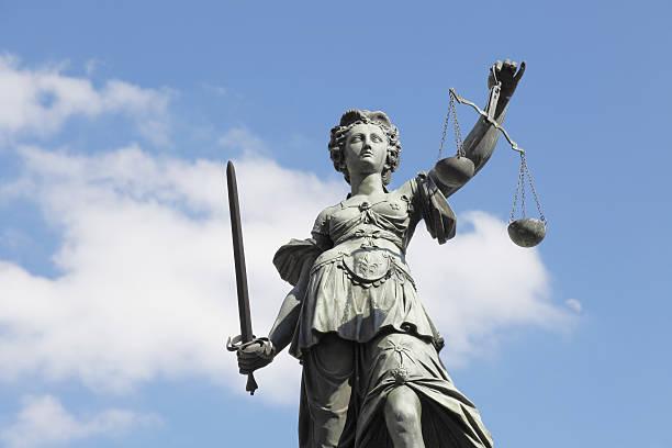 Schwert und wolkig blauer Himmel mit alten lady Justice lady knox geyser – Foto