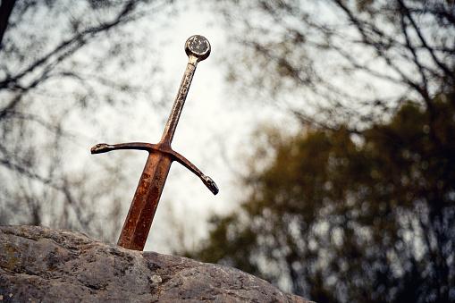 Sword In The Stone - zdjęcia stockowe i więcej obrazów Bez ludzi