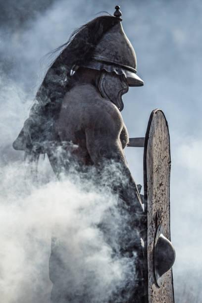 Schwert schwingt blutigen Wikinger Krieger allein in einem Wald – Foto