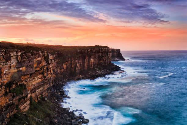 sy nhead cliff roter himmel set - roll tide stock-fotos und bilder
