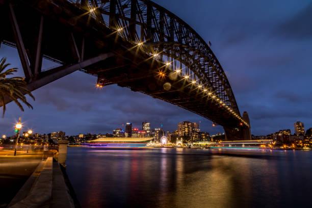 Sydney, Australien - 12. Februar 2020: Ein deutscher Fotograf besucht Sydney in Australien und fotografiert nachts die Harbour Bridge mit dem Lunar Park im Hintergrund. – Foto