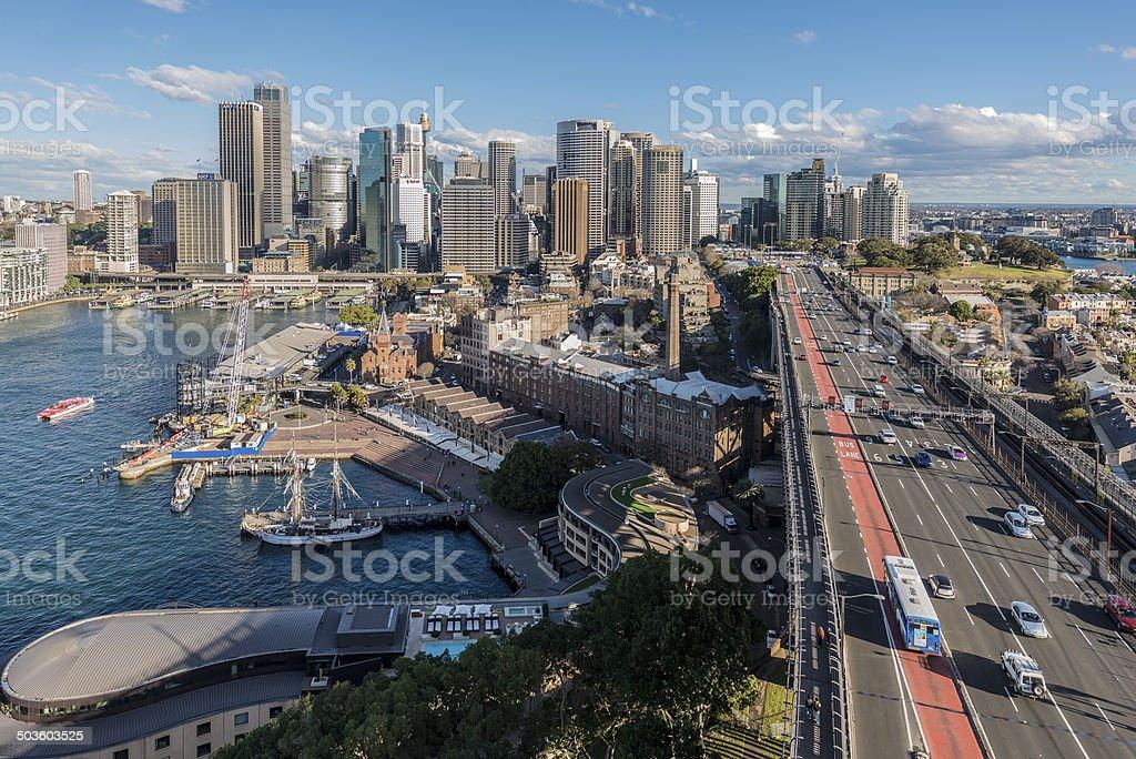 シドニー、オーストラリア、Circular Quay に入ります。 の街並みとハーバーブリッジを渡ります。 ロイヤリティフリーストックフォト