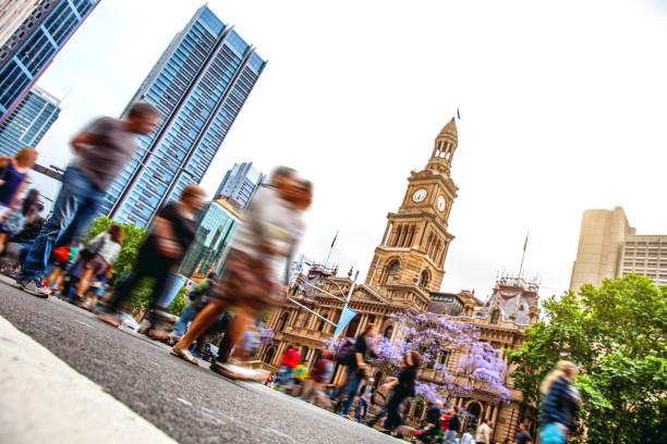 Sydney en el centro de la ciudad, borrosa intersección de las personas y el tráfico - foto de stock