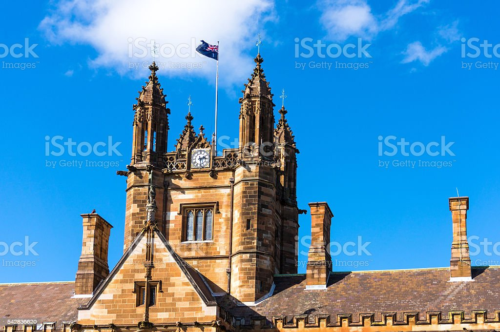 Sydney Uni building facade with Australian flag – Foto